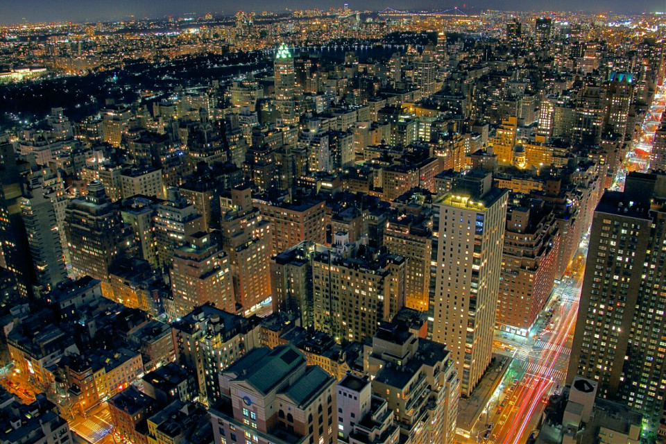 Back above the city where I love to be! 💯  #newyorkcity  #nyc #manhattan #rooftops #lighttrails #citylights #cityscape #landscape #nightphotography #lights #photography #travel #buildings